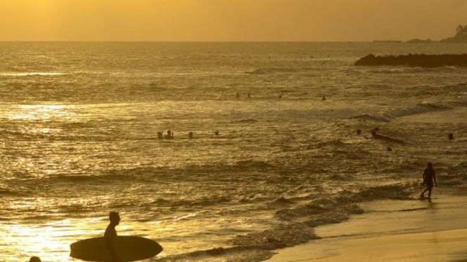 Wisatawan berada di kawasan Pantai Canggu, Badung, Bali, Kamis (4/6/2020)