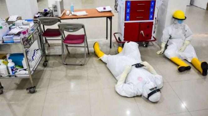 Dua perawat istirahat sambil pakai APD di IGD RSUD Arifin Achmad Kota Pekanbaru
