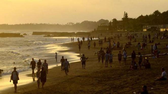 Wisatawan memadati kawasan Pantai Canggu, Badung, Bali, Kamis (4/6/2020).