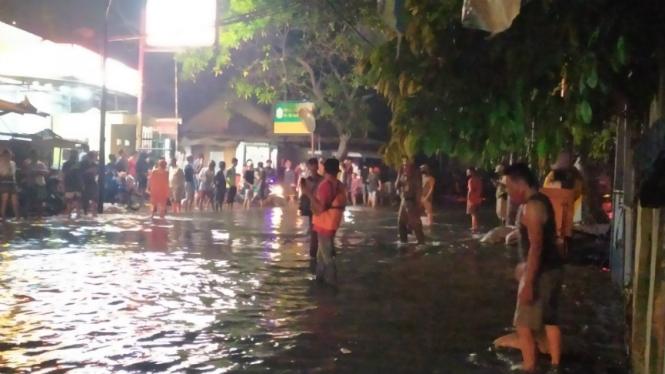 Banjir rob atau luapan dari air laut pasang terjadi di kawasan Ancol
