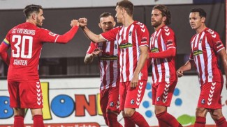 Pemain SC Freiburg rayakan gol Nils Petersen.