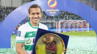Egy Maulana Vikri dengan gelar Piala Super Polandia.