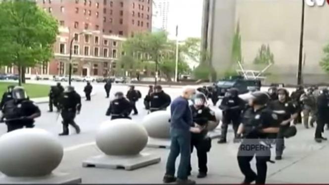 Beberapa polisi mendorong seorang pria lansia hingga terjatuh dan berdarah di kota Buffalo, New York, Amerika Serikat, saat gelombang demonstrasi solidaritas terhadap mendiang George Floyd.
