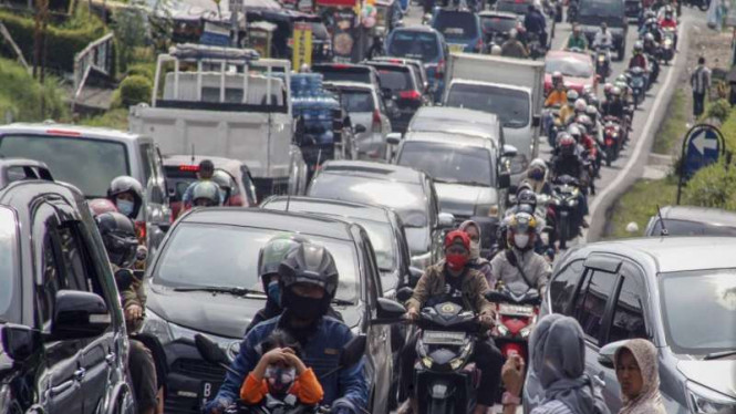 Kepadatan kendaraan di jalur wisata Jalan Raya Puncak, Kabupaten Bogor. (foto ilustrasi)