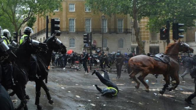 Kerusuhan London meletus imbas bentrok polisi dan pendemo Black Lives Metter