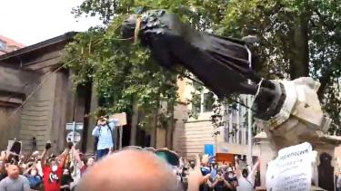 https://thumb.viva.co.id/media/frontend/thumbs3/2020/06/08/5eddbb526411c-george-floyd-demonstran-di-inggris-robohkan-patung-pedagang-budak_375_211.jpg