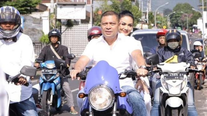 Raul Lemos dan Krisdayanti naik motor gede