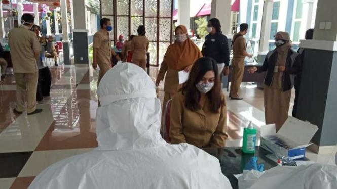 Sejumlah aparatur sipil negara Pemerintah Kota Batu, Jawa Timur, menjalani pemeriksaan secara cepat (rapid test) untuk mendeteksi penularan Covid-`9 di Balai Kota Among Tani.