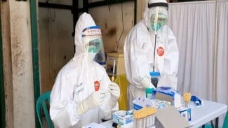 Petugas medis melakukan tes COVID-19. Foto ilustrasi.