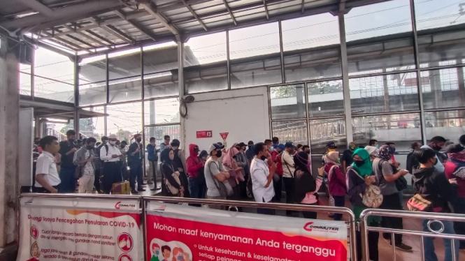 Antrean panjang penumpang KRL di stasiun Citayam, Bogor