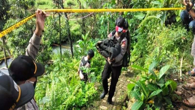 Tim Jihandak Polda Jabar mengevakuasi ranjau darat TNT-17 di Ciampea Bogor