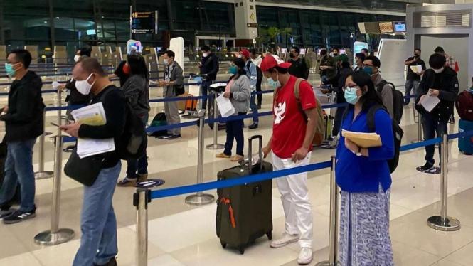 (Ilustrasi) Antrean calon penumpang di Bandara Soekarno-Hatta, Tengerang, Banten.