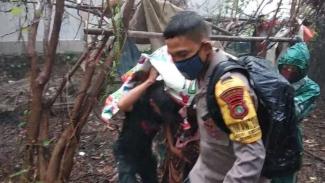 Wahati melahirkan di semak-semak Jakarta