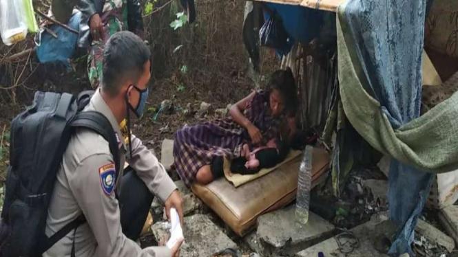 Wahati (41) melahirkan di semak-semak kawasan Cengkareng, Jakarta Barat.