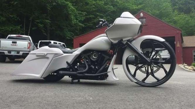 Motor gede Harley-Davidson memakai pelek berdiameter 30 inci dengan ban tipis.