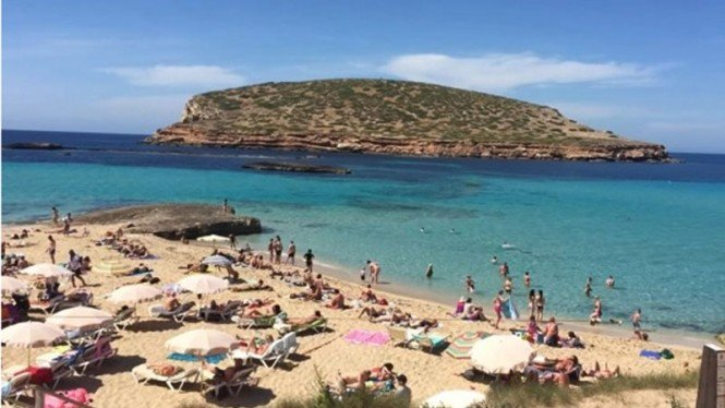 Pantai di Pulau Ibiza, Spanyol.