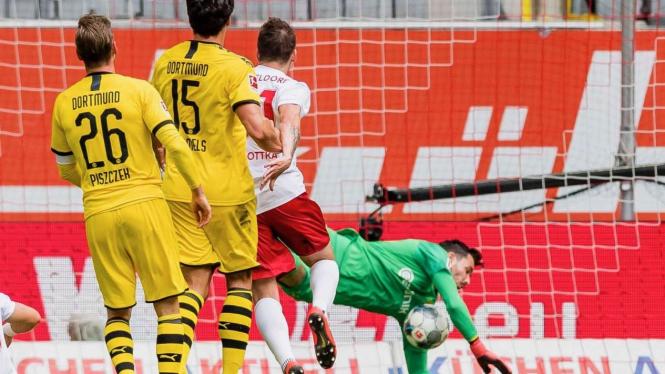 Kiper Dortmund, Roman Burki melakukan penyelamatan