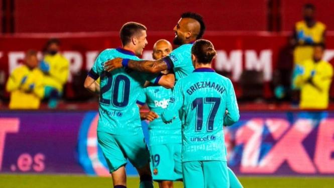 Pemain Barcelona merayakan gol.