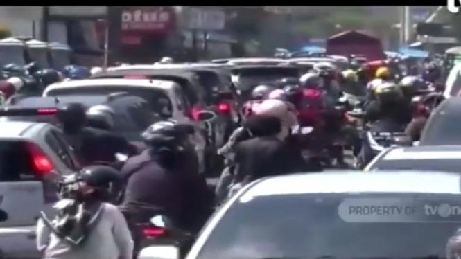 Kepadatan arus lalu lintas di kawasan Puncak, Bogor.