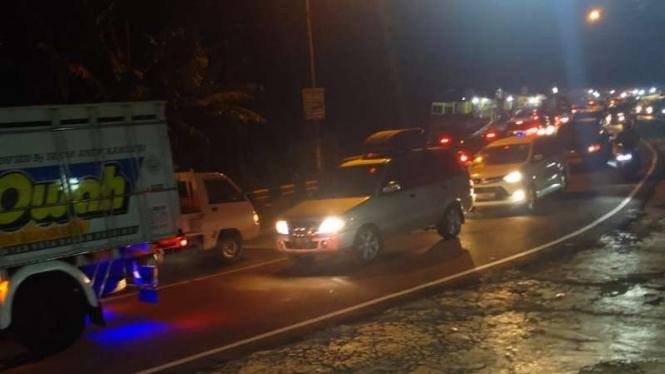 Kepadatan kendaraan bermotor terjadi hingga terjadi macet panjang sampai malam di Jalan Raya Puncak, Bogor, Jawa Barat, Minggu, 14 Mei 2020.