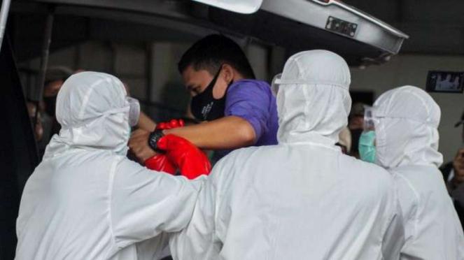 Petugas medis membawa warga positif corona  (Foto ilustrasi)
