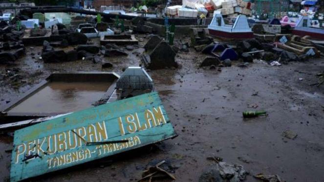 Pemakaman yang tertimbun lumpur akibat terjangan banjir bandang di Bantaeng