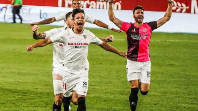 Pemain Sevilla rayakan gol.