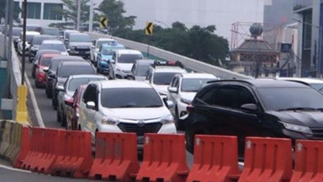 Kondisi lalu lintas di pekan kedua PSBB transisi.
