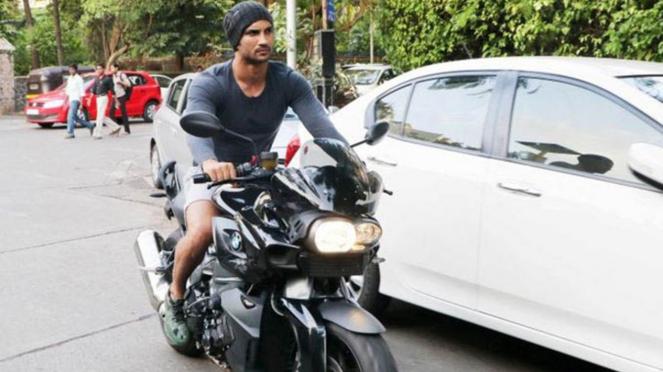 Sushant Singh Rajput mengendarai motor BMW K1200R