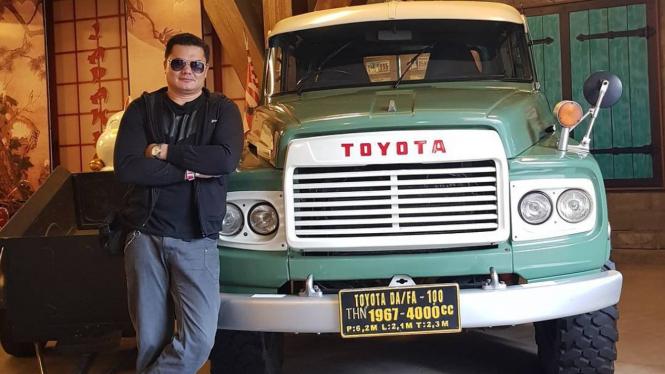 Jerry Lawalata foto bersama mobil impiannya