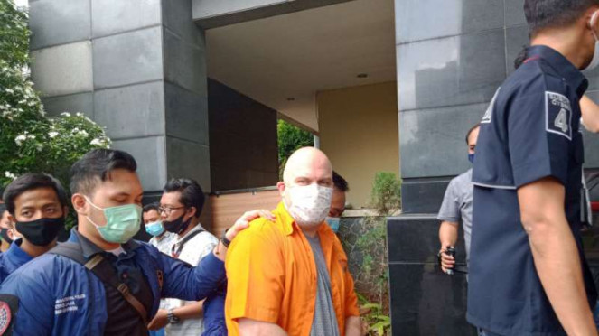 Petugas Polda Metro Jaya membekuk buron FBI (baju oranye).