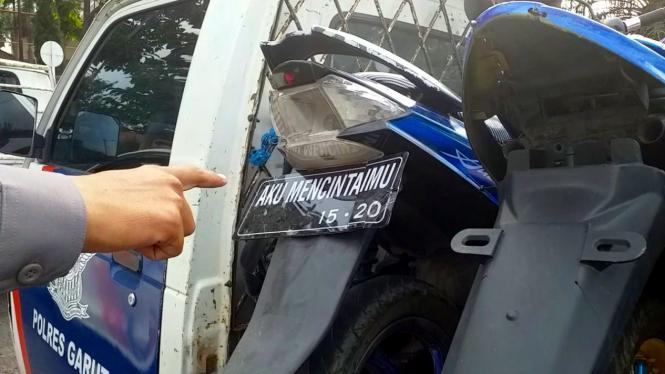 Sepeda motor menggunakan pelat nomor tidak sesuai aturan