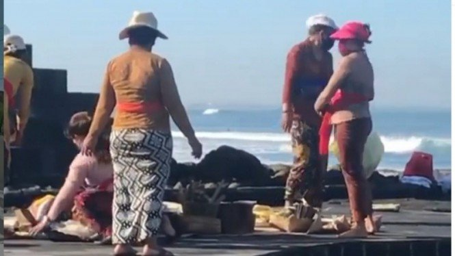 Upacara Canang Sari umat Hindu ternodai aksi seronok turis asing di pantai Bali