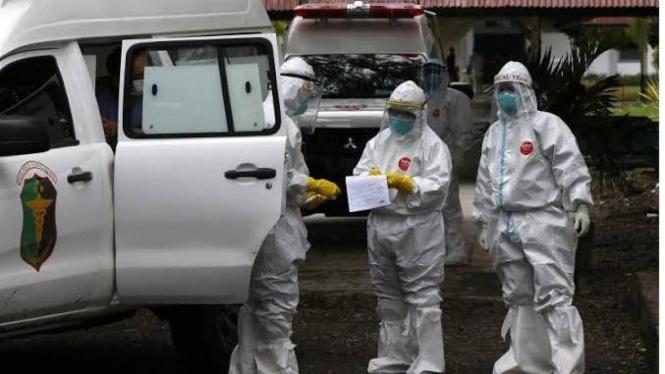 Petugas medis dalam menangani Pasien Covid-19 di Batam