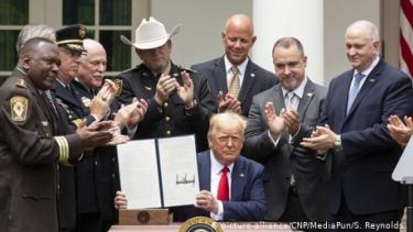 https://thumb.viva.co.id/media/frontend/thumbs3/2020/06/17/5ee9b2b65ef54-trump-teken-perintah-eksekutif-reformasi-kepolisian_375_211.jpg