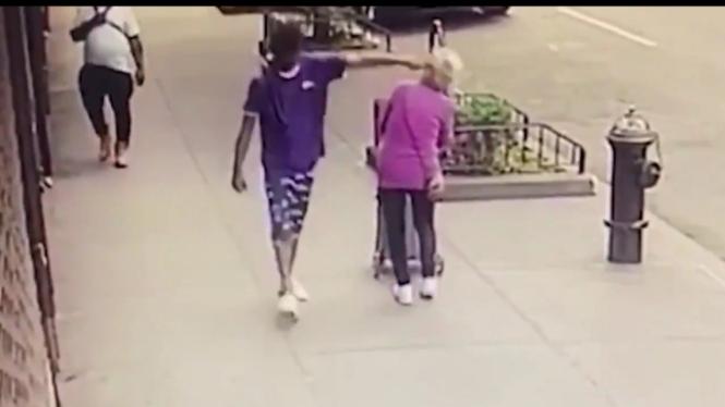 Seorang pria pukul wanita tua hingga terjatuh.