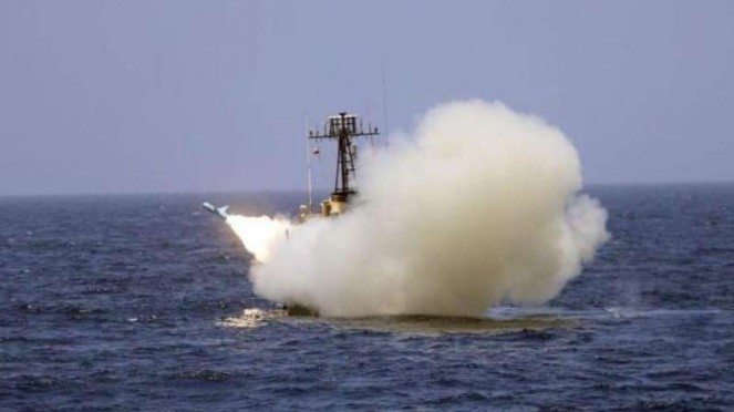 VIVA Militer: Kapal perang Iran tembakkan rudal jarak jauh