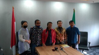 Pelaksana Tugas Sekretaris Jenderal PSSI, Yunus Nusi (tengah) dan Ketua Satuan Tugas TImnas Indonesia, Syarif Bastaman (kedua dari kanan)