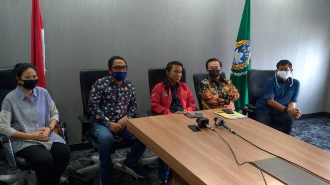 PSSI dan Ketua Satuan Tugas TImnas Indonesia, Syarif Bastaman (kedua dari kanan)