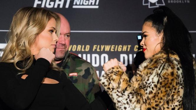 Petarung seksi UFC, Paige VanZant (kiri)