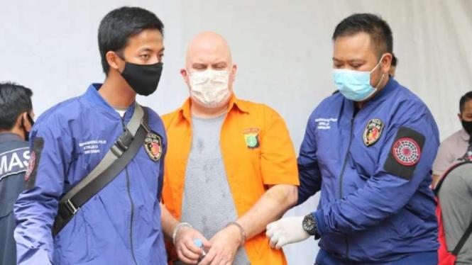 Russ Albert Medlin, buronan Federal Bureau of Investigation (FBI) ternyata juga terlibat kejahatan seksual atas anak-anak di Indonesia.