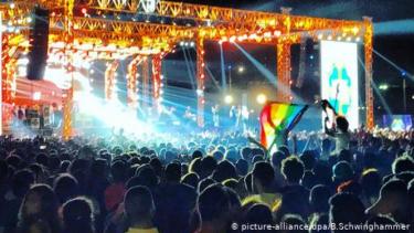 https://thumb.viva.co.id/media/frontend/thumbs3/2020/06/19/5eecb47d92271-aktivis-lgbt-mesir-yang-pernah-ditangkap-karena-kibarkan-bendera-pelangi-bunuh-diri_375_211.jpg