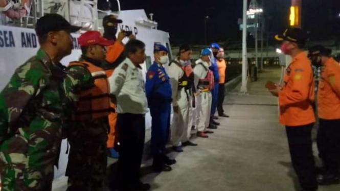 Tim SAR bersiap mencari para penumpang kapal yang hilang akibat kapal yang mereka tumpangi tenggelam di perairan Selat Sunda.