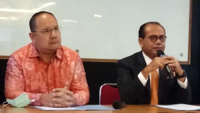 Pendiri KSP Indosurya, Henry Surya (kiri) dan kuasa hukum KSP Indosurya Juniver Girsang