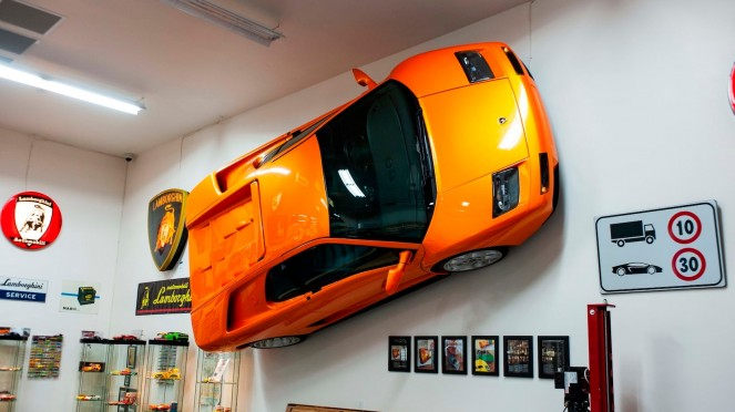 Pajangan dinding Lamborghini.