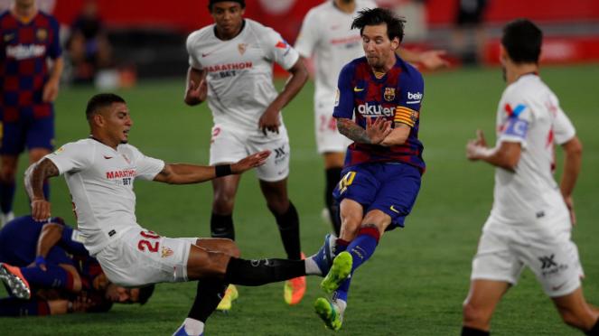 Megabintang Barcelona, Lionel Messi, saat dihantam Diego Carlos