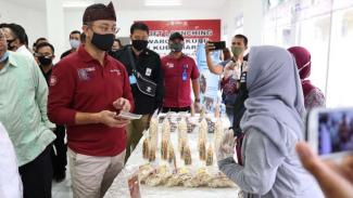 Menteri Sosial Juliari P. Batubara dan jajarannya saat meninjau distribusi bansos di daerah.