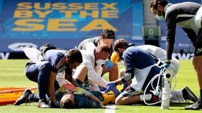 Kiper Arsenal, Bernd Leno, saat dapat perawatan