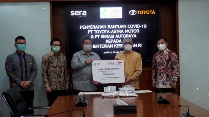 Penyerahan bantuan Covid-19 dari Toyota Indonesia dan SERA ke Kemenkes.