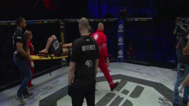 Petarung MMA Serbia ditandu keluar oktagon
